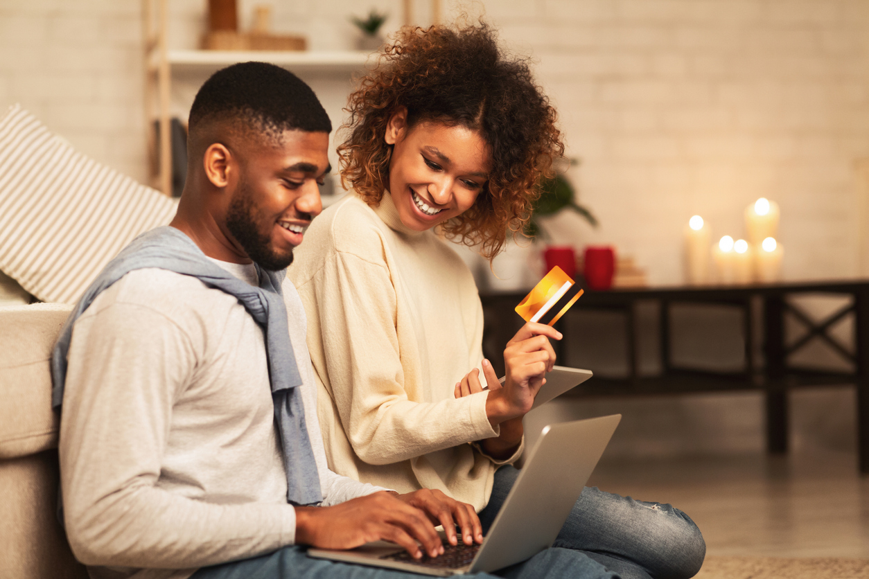 couple making an online purchase after receiving engaging reminders