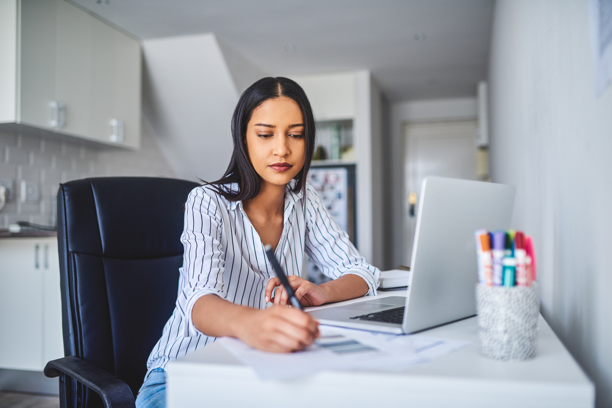woman taking notes as she learns about dropshipping