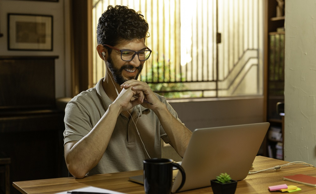 man listening to this free step-by-step dropshipping course on his laptop