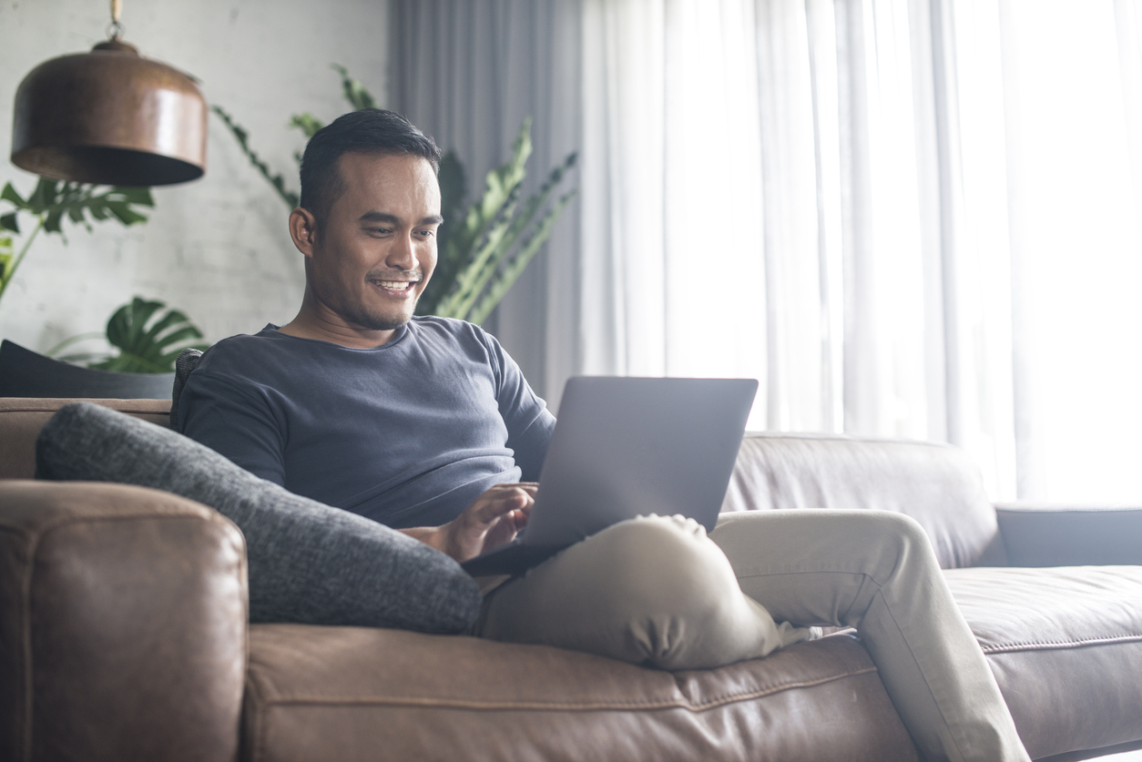 man working from home on his dropshipping business
